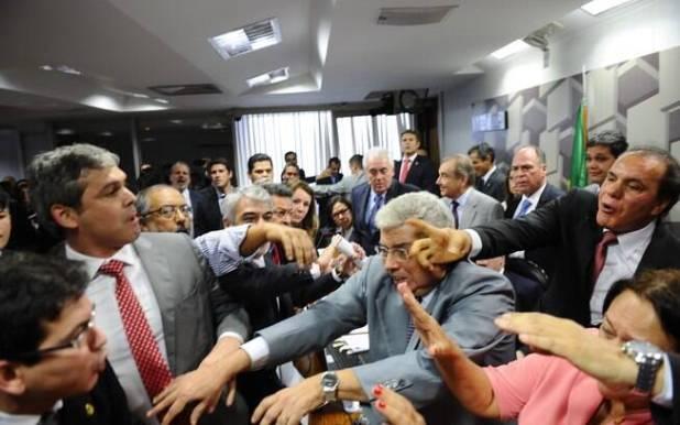 Oposição promoveu tumulto em sessão da Comissão de Assuntos Econômicos que discutia a reforma trabalhista