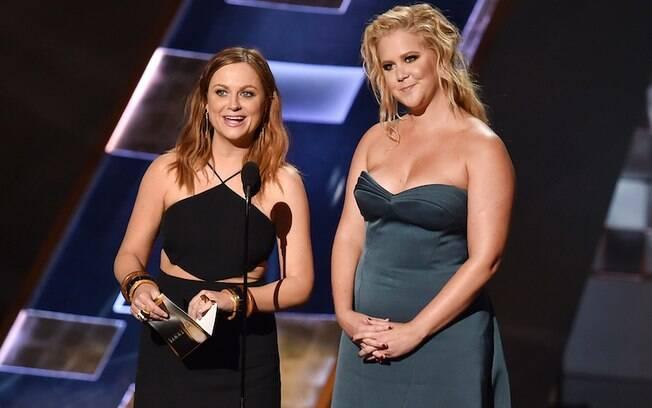Amy Poehler e Amy Schumer foram as primeiras apresentadoras da noite. Foto: Getty Images
