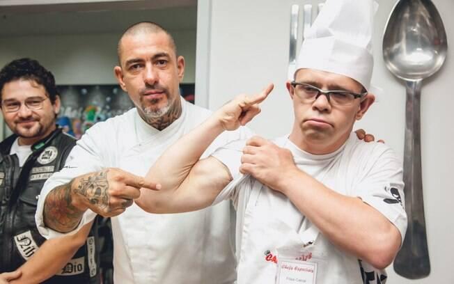 Henrique Fogaça, do restaurante Cão Véio, brinca com um de seus alunos. Foto: Edu Cesar