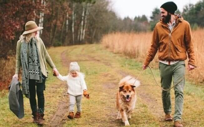 Resultado de imagem para mulher com filho e animal