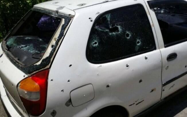Jovens foram fuzilados dentro de carro; veículo tem mais de 20 marcas de tiros