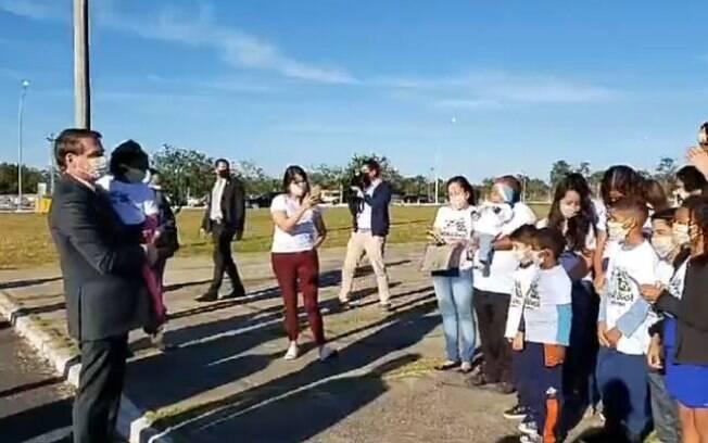 Crianças levadas por padre ao Palácio da Alvorada cantaram para Bolsonaro.