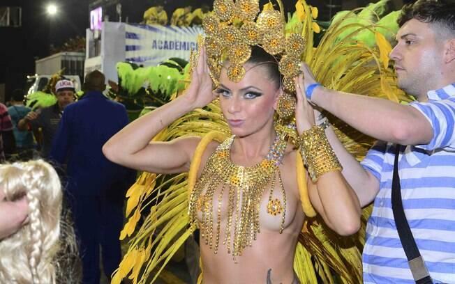 Marianne Ranieri, Miss Bumbum Portugal, chegou atrasada à concentração e precisou se trocar sob a mira dos fotógrafos. Foto: AgNews