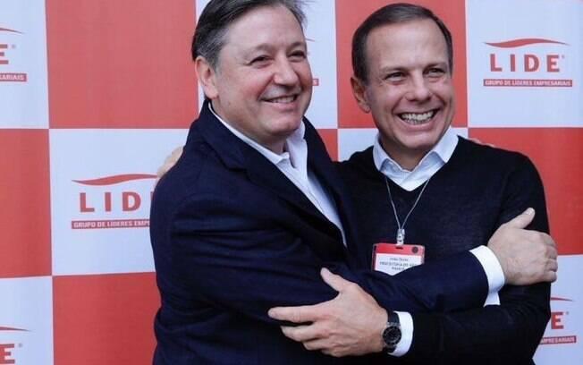 Rodrigo Santos da Rocha Loures abraça João Doria em evento promovido pela LIDE, empresa do prefeito