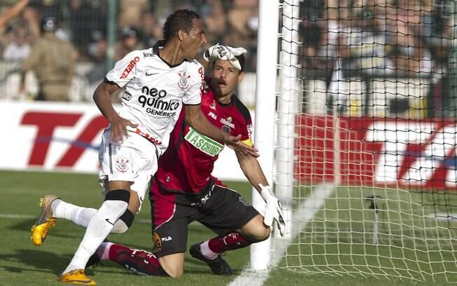 Liedson comemora o gol que poderia ter sido o do título do Corinthians em 2011. Ficou para a última rodada