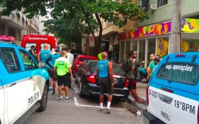 Policiais militares prenderam o homem que jogou um botijão de gás do apartamento em Copacabana