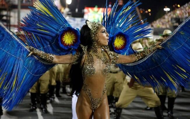 Tapa-sexo de Sabrina Sato fica à mostra após desfile. Foto: AgNews