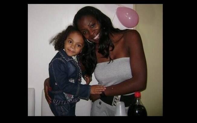 Claudia posa com a filha Gabriela antes do sequestro da criança. Foto: Arquivo Pessoal / Claudia Dias