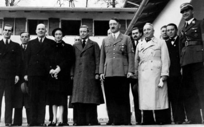 Na cápsula estavam fotografias de Adolf Hitler, várias cópias do seu manifesto Minha Luta, moedas e fotos da cidade