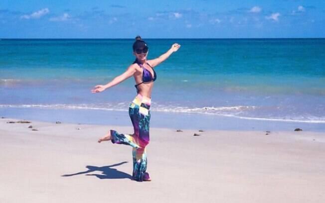 Paula Fernandes exibe a cintura fininha na praia