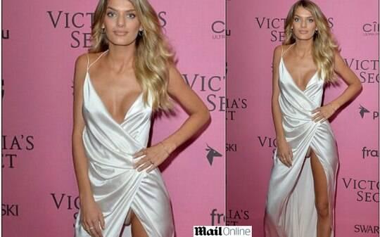 Modelo da Victorias Secret mostra a calcinha em festa