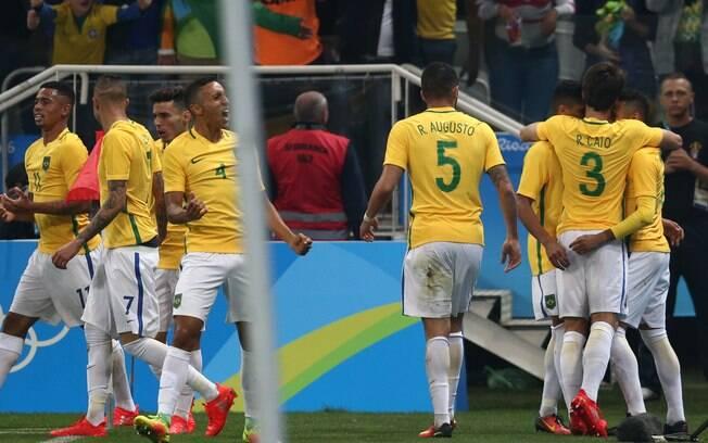 Jogadores comemoram gol contra a Colômbia