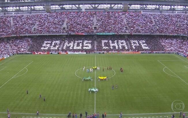 Mosaico na torcida do Atlético-PR com os dizeres