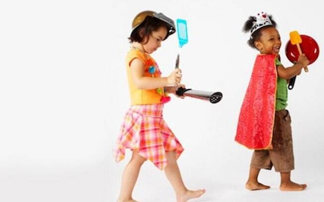 Deixe ao alcance dos pequenos objetos que possam ser utilizados nas brincadeiras. Foto: Thinkstock