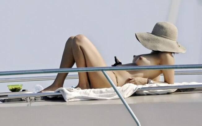 Bia Anthony, a mulher de Ronaldo, curte o verão europeu em um iate. Foto: Grosby Group