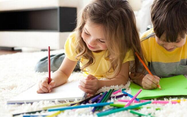 Uma atividade simples e que todos adoram é a pintura. Ofereça papel, lápis, giz de cera ou tinta e deixe os pequenos artistas se divertirem. Foto: Thinkstock