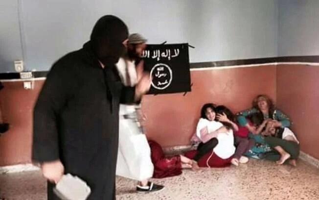 Integrante do Estado Islâmico ameaça mulher com crianças em localidade não identificada