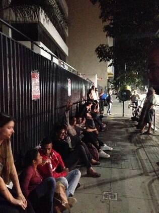 Estudantes fazem fila na porta da FMU, no centro de São Paulo, às 23h50 de quarta (11)