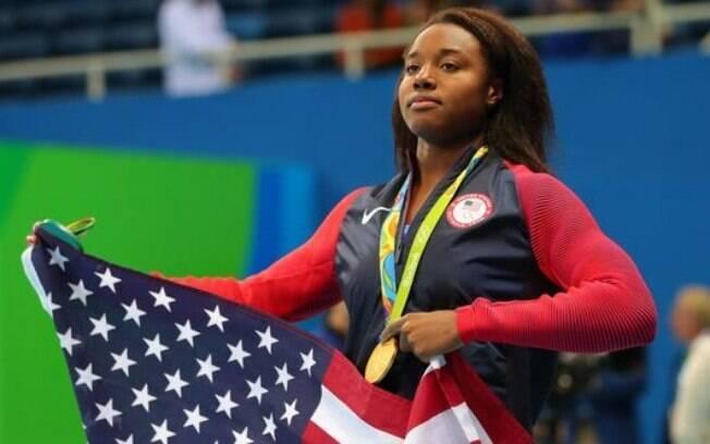 Simone Manuel foi ouro na prova dos 100m nado livre