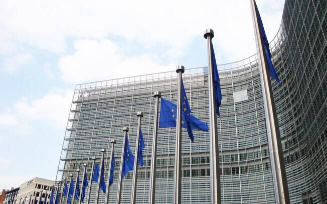Bandeiras da União Europeia em frente ao edifício Berlaymont,sede da Comissão Europeia, em Bruxelas, na Bélgica