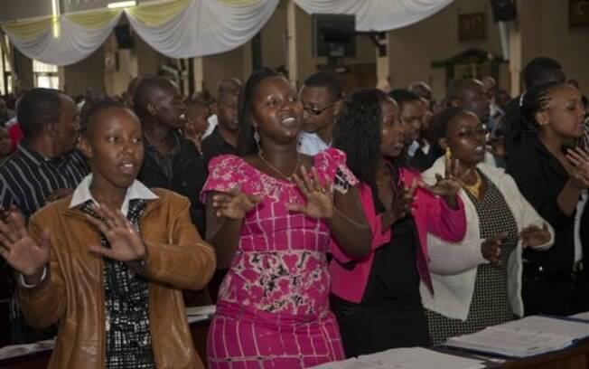Cristãos rezam no domingo de Páscoa na Quênia, após ataque que matou 148 pessoas. Foto: AP Photo/Sayid Azim