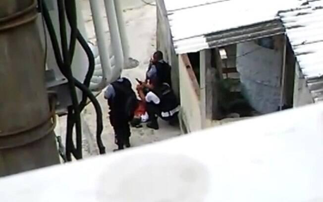Vídeo flagra policiais forjando cena de homicídio no Morro da Providência, no Rio de Janeiro