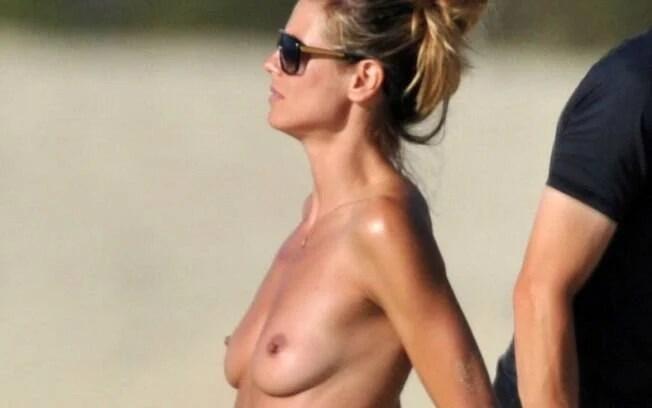 Heidi Klum, em uma praia da França, confirmando que é mesmo adepta do topless. Foto: Reprodução