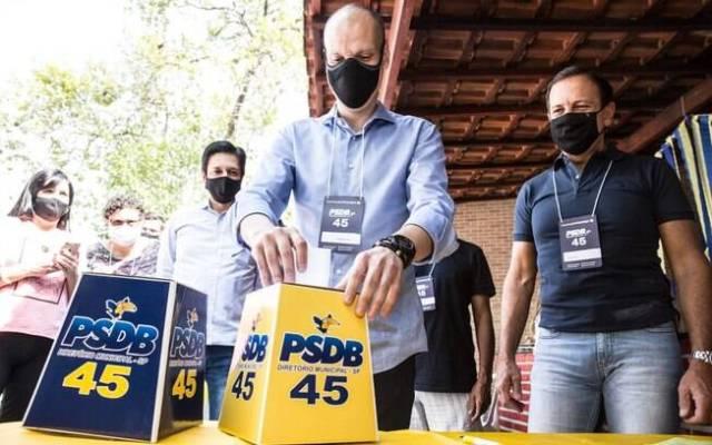 Bruno Covas votando