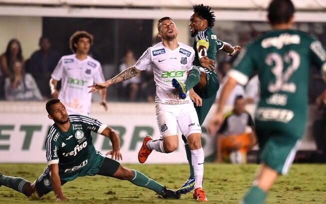 Lucas Lima e Zé Roberto se chocam na tentativa de ficar com a bola