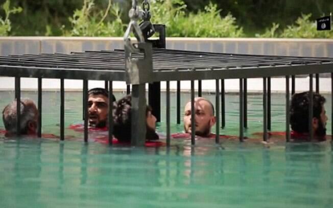 Supostos espiões foram mortos por afogamento dentro de gaiola (jun/2015). Foto: Reprodução/Estado Islâmico