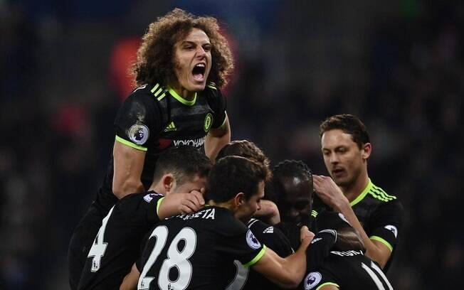 David Luiz vive ótima fase no Chelsea e presenteou colegas de equipe, além do técnico e do presidente, com braceletes especiais