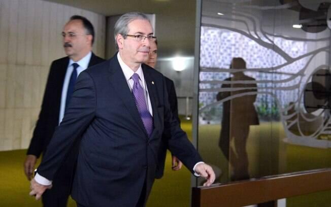O presidente da Câmara dos Deputados, Eduardo Cunha, caminha na Casa, nesta terça-feira (23)