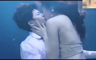 [水中深吻]  缠绵又梦幻的长吻  美女你的手放在了哪里