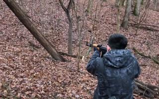 小伙测试枪战中躲在树后面真的管用吗?结果?