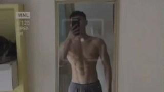 肌肉小哥哥照镜子,看到这样好的身材,自己都被迷住了吧?!