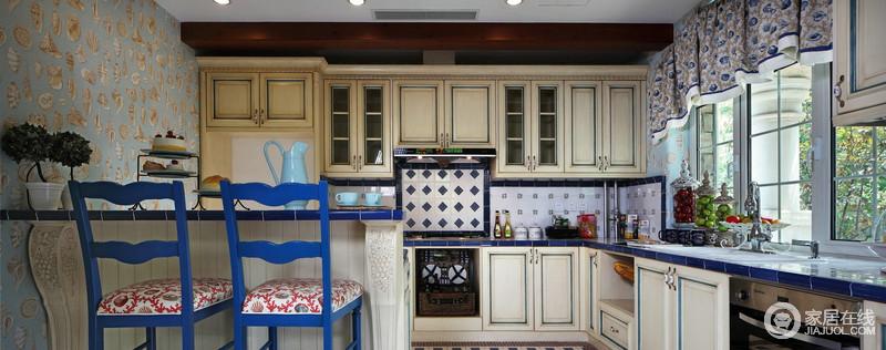 kitchen wall art toy kitchens for toddlers 墙面以蓝白瓷砖来延续地中海艺术之风 同时借典型欧式厨房柜来增加空间的 同时借典型欧式厨房柜来增加空间的功能 米色原木材料的质感凸显出年代感 而吧台的精心设计 无疑为生活添加了几分情趣
