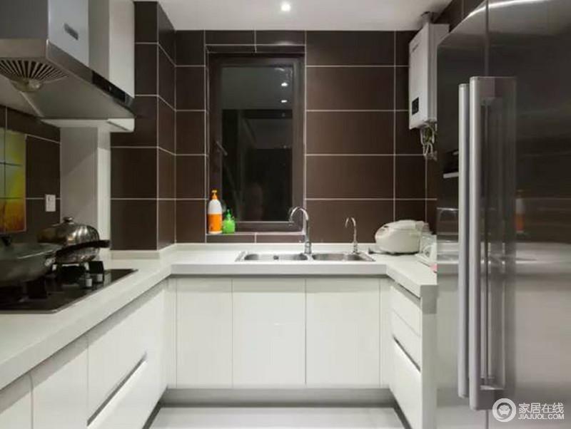 design a kitchen online in stock kitchens 厨房以功能设计为向导 通过简化和装饰空间的线条 让你感受到设计对生活 让你感受到设计对生活质感的影响 咖色砖石的稳重与白色橱柜的纯净形成对比 却以美观与实用 调和出生活空间的简单