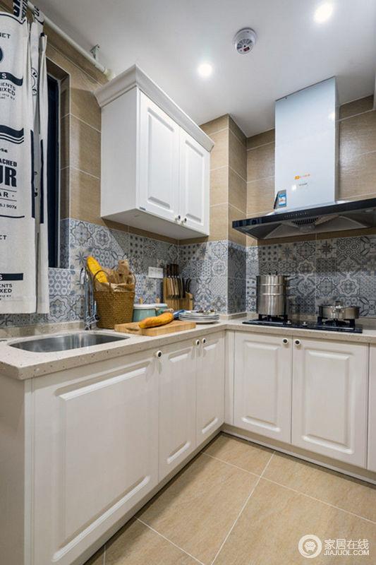 kitchen shades sink pipe cleaner 厨房色调干净明快 没有多余的设计 让制作料理的过程更加轻松舒适