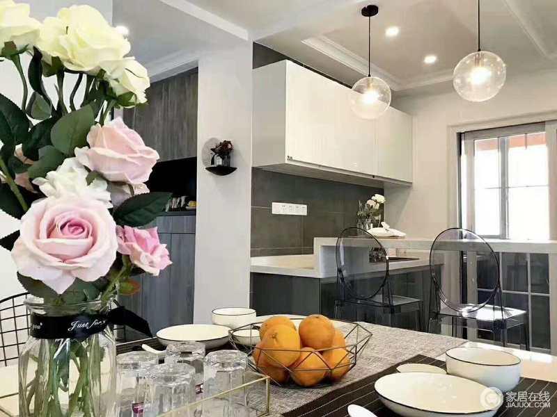 gray kitchen chairs home depot light fixtures 厨房以灰色砖铺贴墙面 橱柜的白色与灰色搭配出简约感 格外实用 玻璃球 玻璃球泡灯搭配透明的塑料椅子 让吧台区也满是设计感