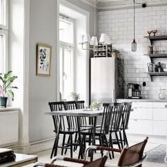 Gray Kitchen Chairs Drop In Grills For Outdoor Kitchens 高 黑色的木椅子上坐着一个灰色的板条的表 而白色橱柜在厨房中引人注目的 而白色橱柜在厨房中引人注目的灰色