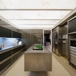 Metal Kitchen Island Exhaust Fan Lowes 厨房表现出工业质感 透光性的材质装饰天花板带来整个室内的通透性 平面 平面质感良好的黑色橱柜和墙面带着几何的线条感 搭配金属岛 台设计 营造出冷色调的未来设计感