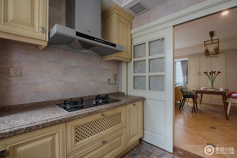 faux brick kitchen retro appliances 厨房和客厅采用了隔断式移门 厨房背景墙面以仿色方砖平铺 与米黄色的 与米黄色的橱柜层次相碰撞