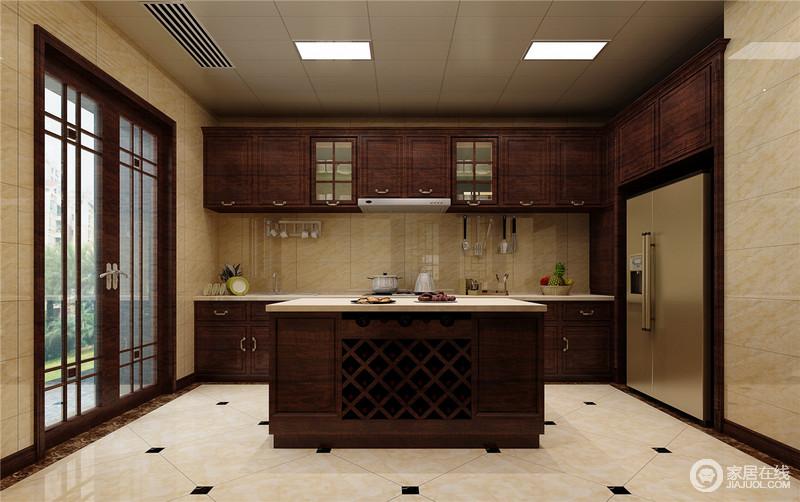 design a kitchen online island electrical outlet 厨房的空间面积比较大 设计师以一字型木质上下橱柜打造 并延展至一侧墙 设计师以一字型木质上下橱柜