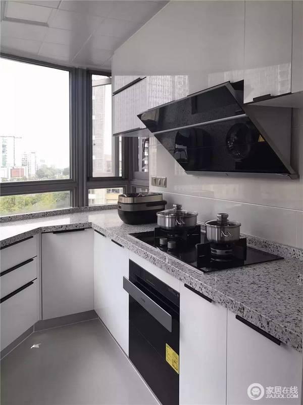 grey kitchen tile rustic table sets 此厨房的空间不大 选择u型整体的白色橱柜 在视觉上可以扩大空间 橱柜 在