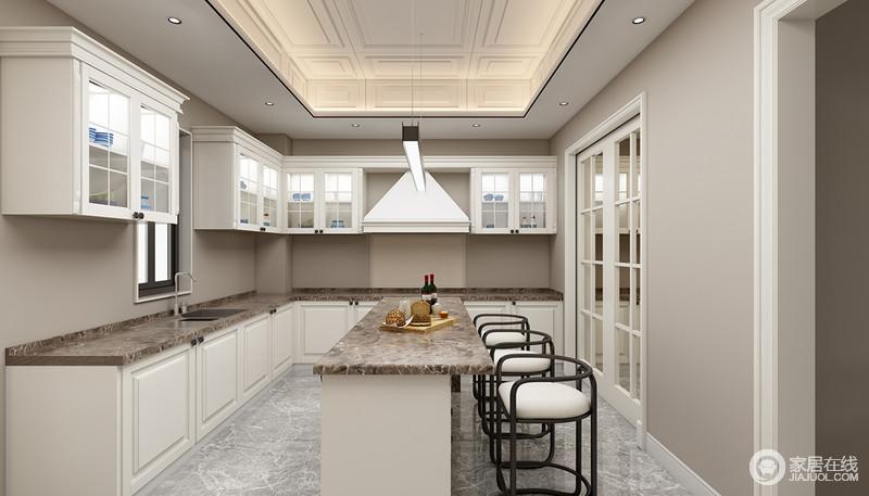 high kitchen table sets ninja mega system 1500 review 厨房以白色的橱柜与乳灰色墙面搭配出色彩层次 格外简洁静朗 岛台兼具 岛台兼具餐桌的功能 几把造型个性的实木高脚凳圆润而乖巧 增加了厨房的艺术气息