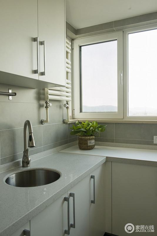 gray kitchen sink rolling island for 虽然我们只能看到厨房的一角 但是 从浅灰色砖石铺贴和脚线的处理 便 便凸显出一种精细 配色上秉承着素雅的原则 让灰色大理石搭配灰色橱柜更显整洁 下沉式水槽更是