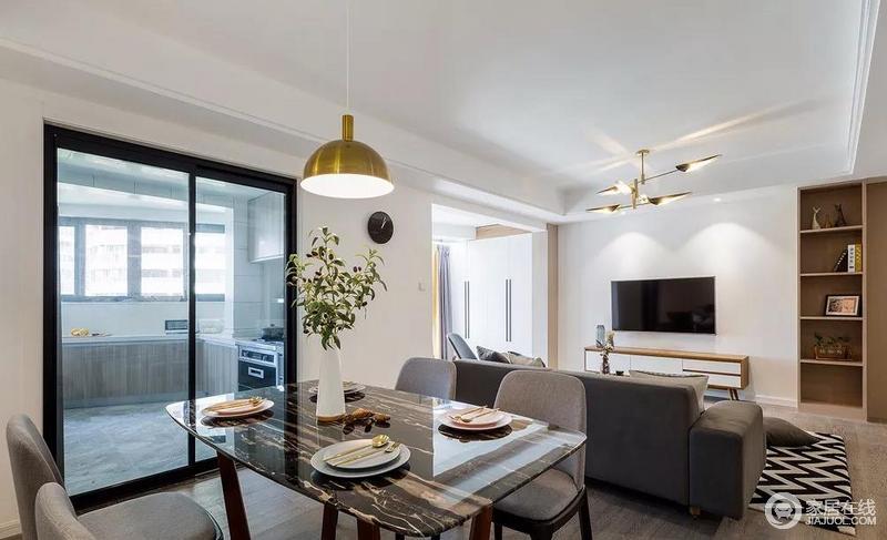 metal kitchen table sets brass sink 餐厅与厨房一体式 利用餐椅和沙作为无形的划分界限 黑色大理石台面的 黑色大理石台面的餐桌和金色的金属吊灯搭配在一起 让空间沉稳大气不失优雅和精致