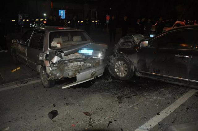 2人受傷。車輛幾乎報廢!昨天唐山中心區發生的3車相撞事故原來是這樣的…… - 每日頭條