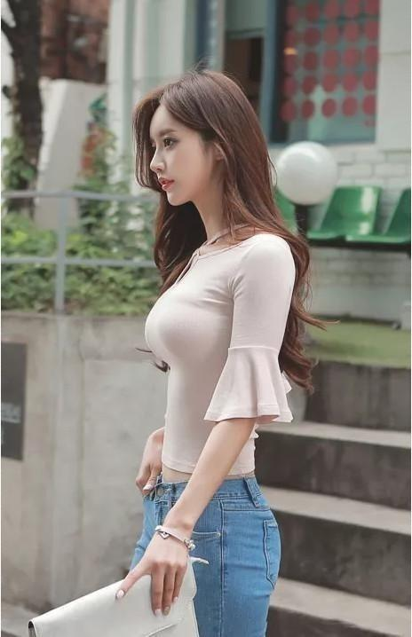 胸大的女生穿什麼比較性感?美女上演緊身衣誘惑 - 每日頭條