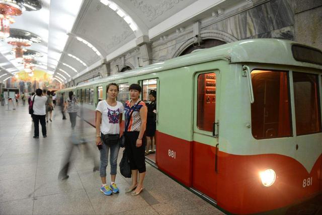揭世界最深的地鐵:朝鮮平壤地鐵,聽完一首歌電梯還沒到底 - 每日頭條